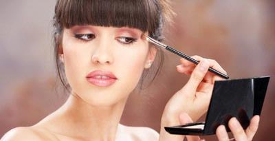 1136574-perempuan-memakai-makeup-p
